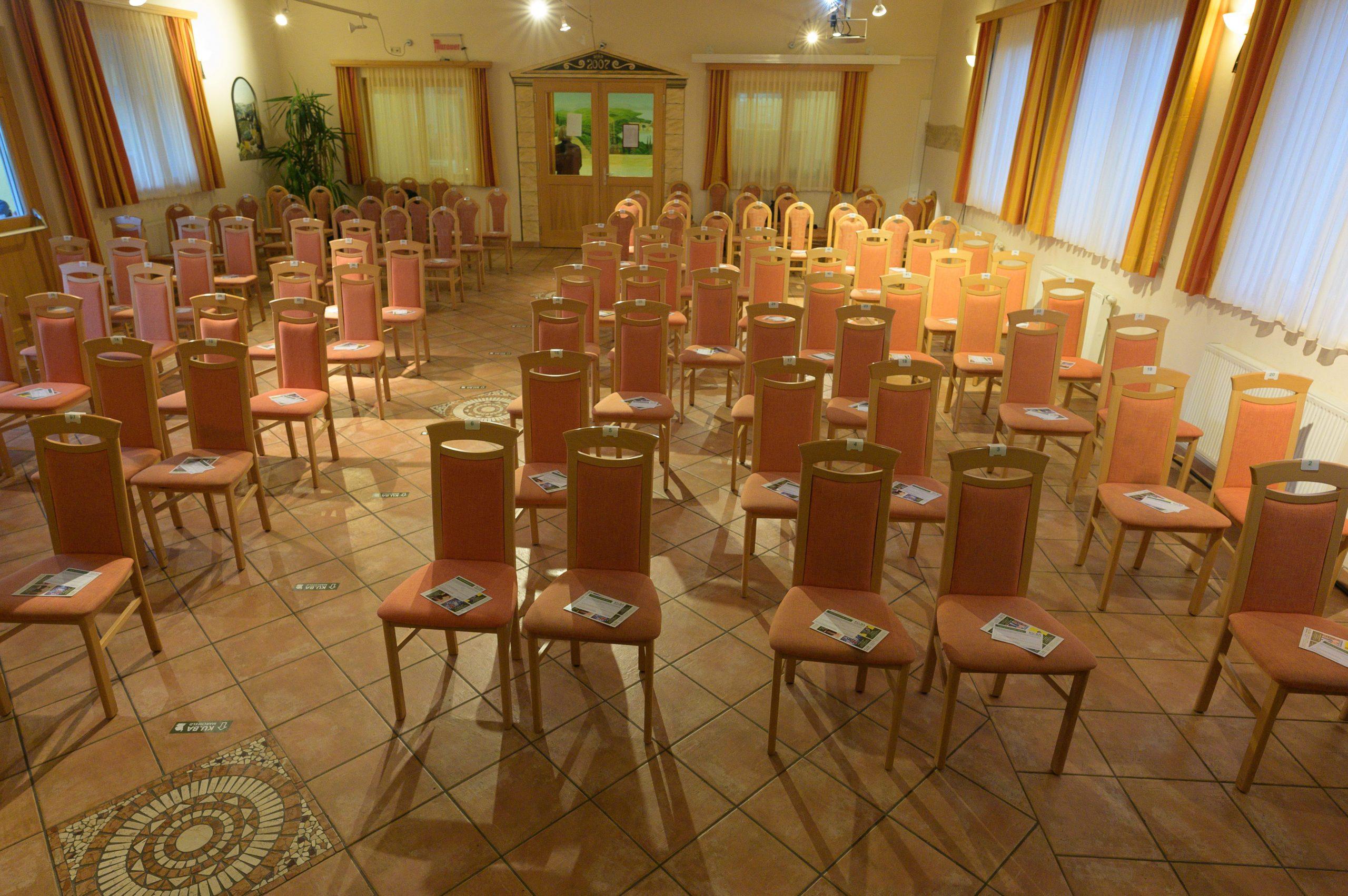 Veranstaltungssaal KU.BA im Marchfeld, Corona-Abstand (c) Robert Reiser